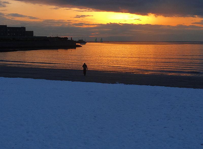 140209雪と夕映えの逗子海岸4