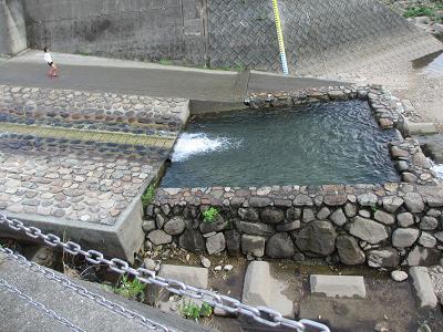 川を利用したプール