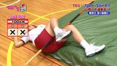 吉田明世アナの股間に走り高跳びのバー画像