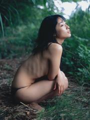 佐藤寛子パンツ一枚トップレス画像