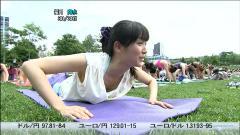 大江麻理子アナが腕立てで胸チラ画像