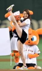 田中理恵が始球式で開脚画像