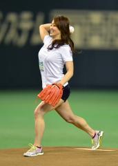 田中理恵のおっぱい横乳始球式画像