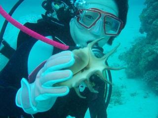 20071022コーラル貝を持つ直美