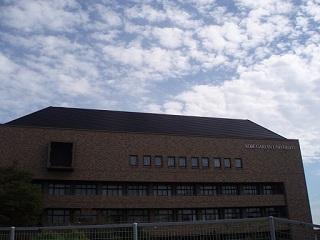 神戸学院大学9号館空と建物