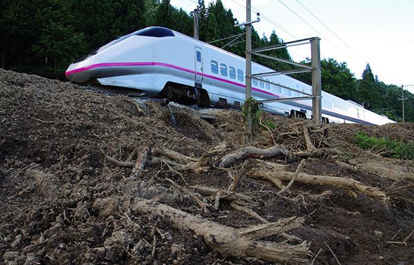 豪雨後の秋田新幹線走行