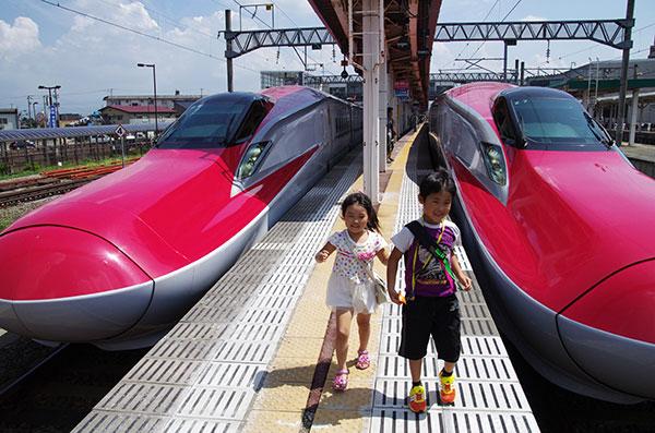 大曲駅でのこまち号並列風景