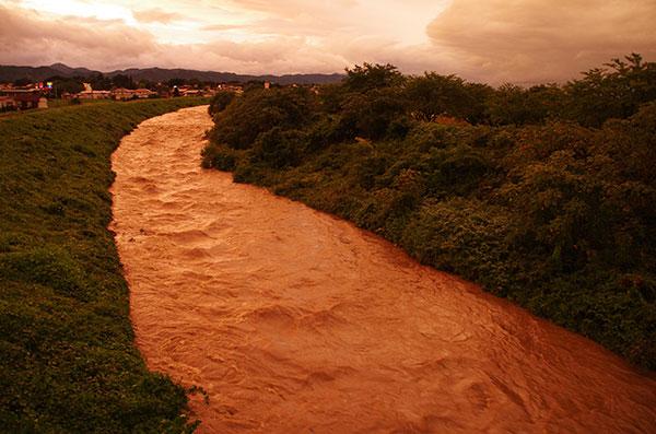 台風で増水する小河川