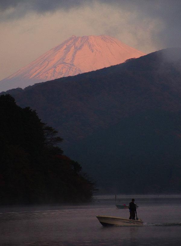 芦ノ湖からの早暁の富士