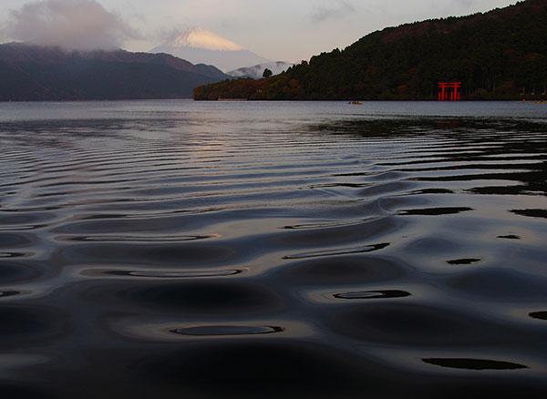 芦ノ湖の水面と富士山