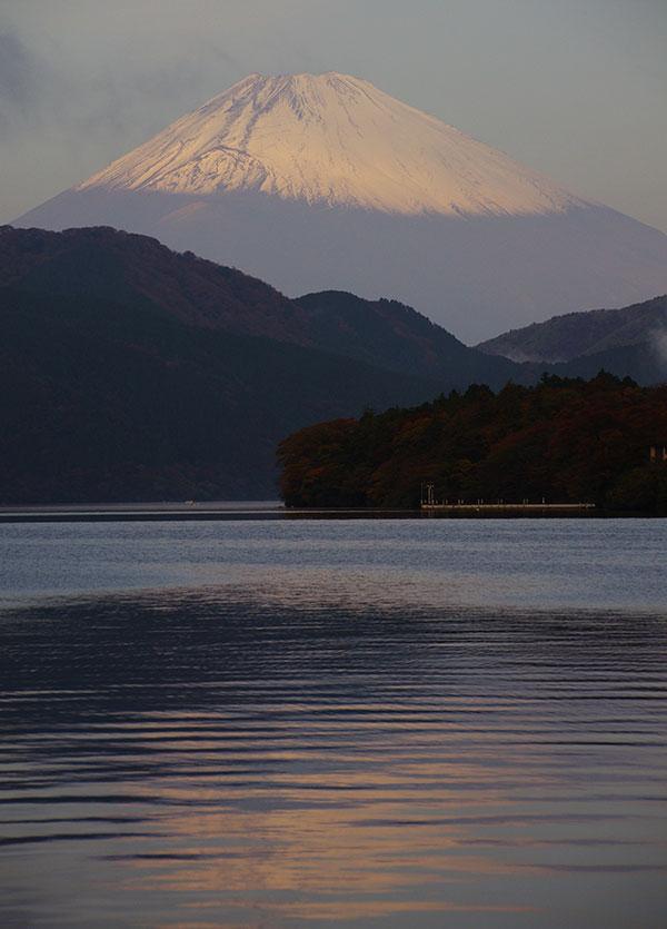 芦ノ湖の湖面に映る富士山
