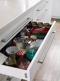 Small plates in drawer - L