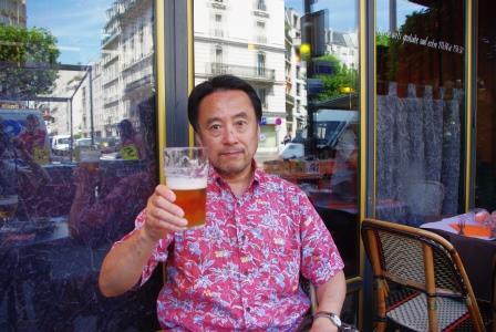 パリ祭の日カフェで一杯