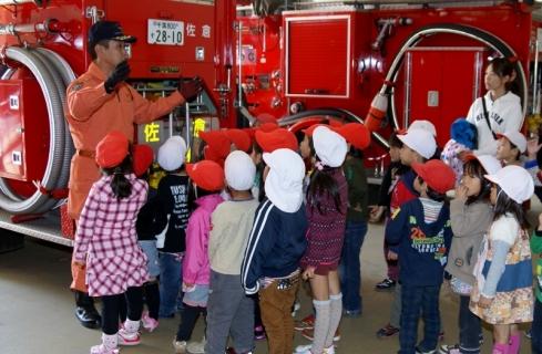 2007-06-06 25年度11月5日年長消防署見学 036 (800x523)