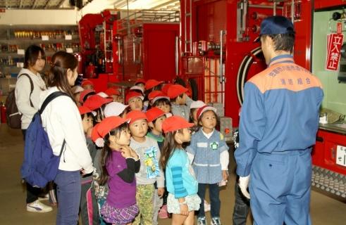 2007-06-06 25年度11月5日年長消防署見学 041 (800x521)