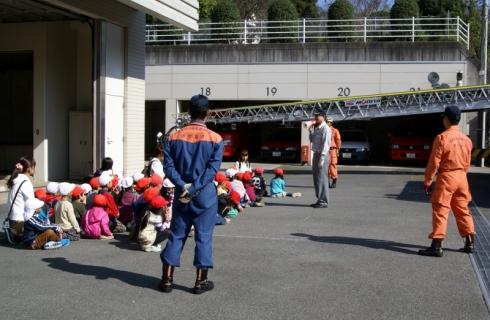 2007-06-06 25年度11月5日年長消防署見学 053 (800x522)