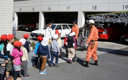 2007-06-06 25年度11月5日年長消防署見学 085 (800x498)