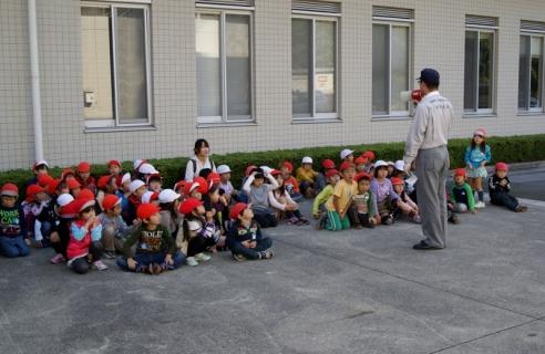 2007-06-06 25年度11月5日年長消防署見学 101 (800x520)