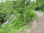 渓流沿いの道を歩く