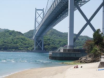 因島大橋の下