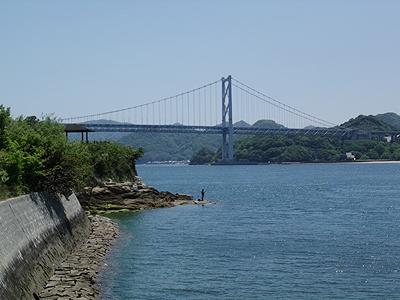 因島大橋の袂で釣りする釣り人