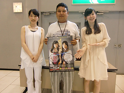 林そよか・林はるか姉妹とサインを頂いたポスターを持つKOJI