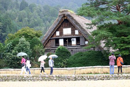 秋の陽を浴びた稲架~合掌造りの家が一体となって白川郷ならではの風景を演出~④