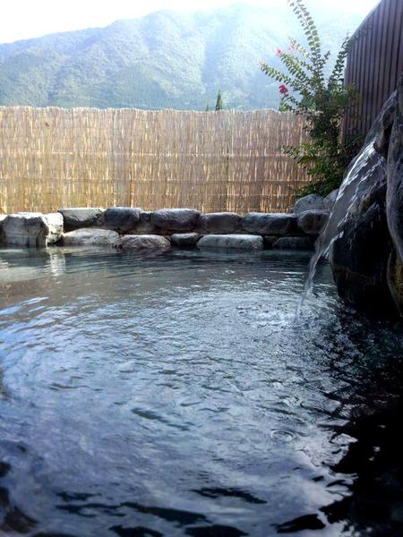 山々を望む開放的な露天風呂