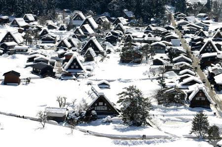 ~まもなく~白川郷合掌造りの素朴さをひときわ引き立たせる純白の雪 ①