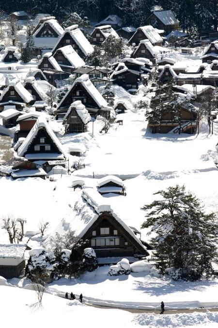 ~まもなく~白川郷合掌造りの素朴さをひときわ引き立たせる純白の雪 ④