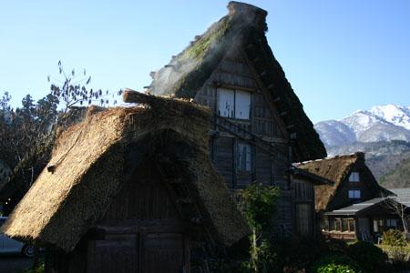 茅葺き屋根からのぼる湯気 ④