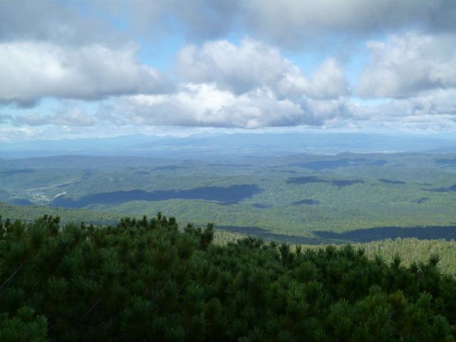 少し雲があって涼しい、が頂上は吹きすさんで凍える