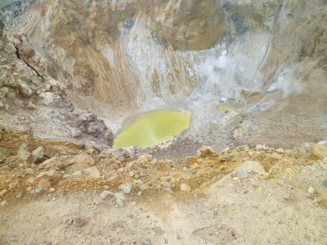雌阿寒岳は生きている-ゴーゴーと硫黄を噴出している