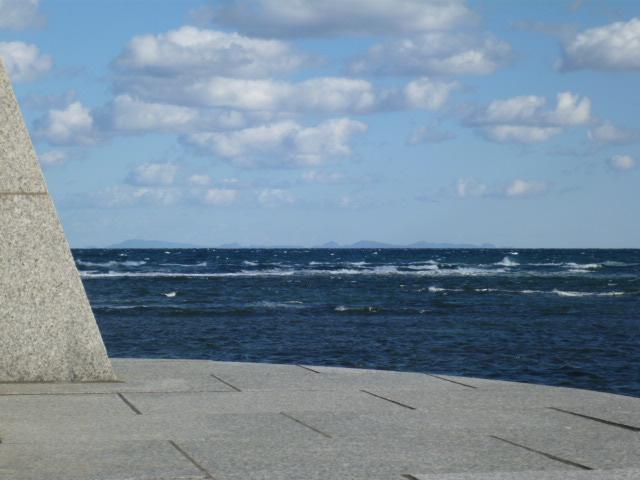 モニュメントの横から見える樺太の島影