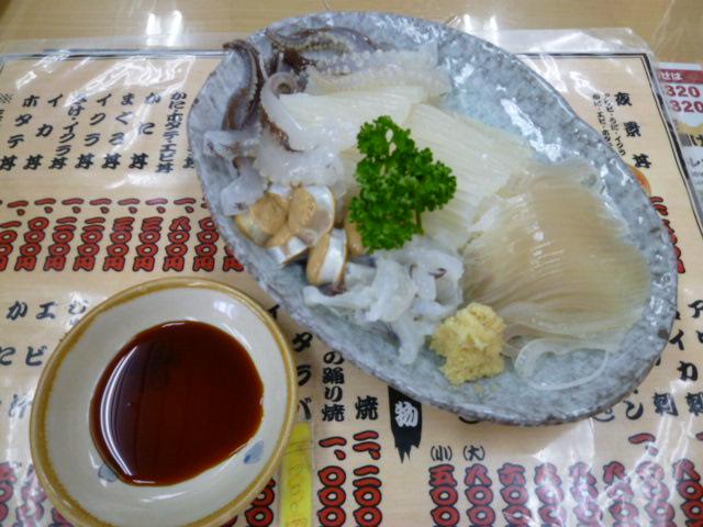 函館朝市の活イカの刺身