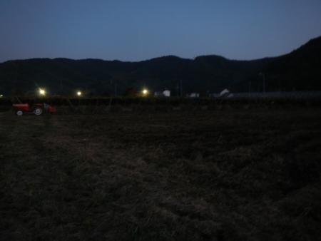 大豆畑の耕起作業 (1)
