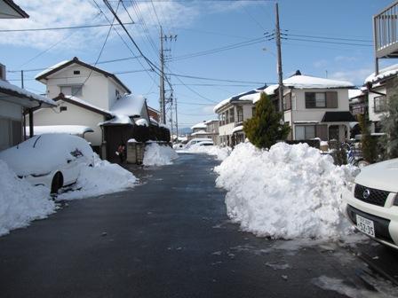 雪かきが終わりきれいになった道路