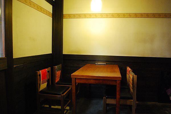 店内左のテーブル席