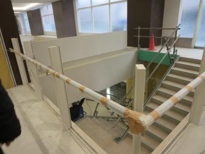 1階から地下への階段