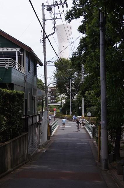 遠くから見た東京都営仙川アパートの給水塔