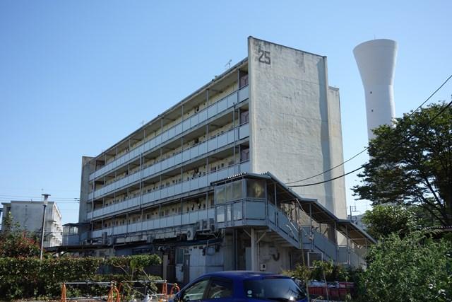 東京都営仙川アパートの給水塔と商店棟