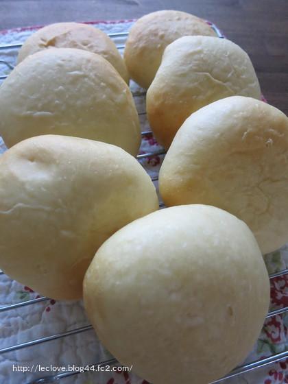 白いクリームパン