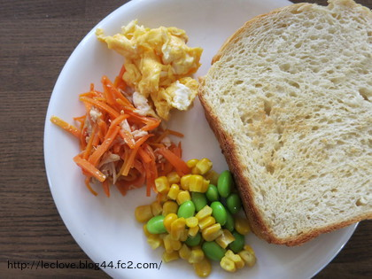 ご飯200gでモチモチ食パン!サラダとスクランブルエッグ添え