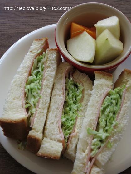 ハムとコールスローのサンドイッチ