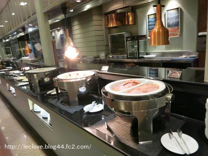 定番のハム、ベーコン、スクランブルエッグ、オムレツ、目玉焼きが並びます