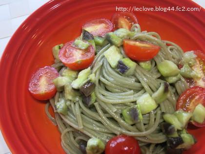バジル麺で茄子とトマトのペペロンチーノ