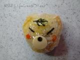 塩昆布のオニギリに黄身で色づけしたご飯を巻いてます
