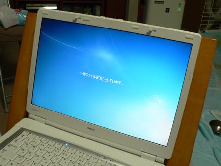 Windows 7 のディスクをセット。