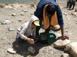 4-11パンゴン湖・石を割るU太