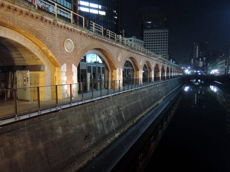 万世橋からmAAch ecute方面を眺めて写真を撮っている人がたくさん